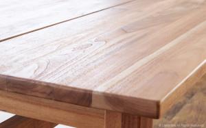 Terdapat berbagai jenis bahan finishing kayu. Setiap jenis bahan finishing tersebut memiliki kualitas dan karakter yang berbeda-beda sehingga hasil akhir proses finishing pun berbeda-beda pula.