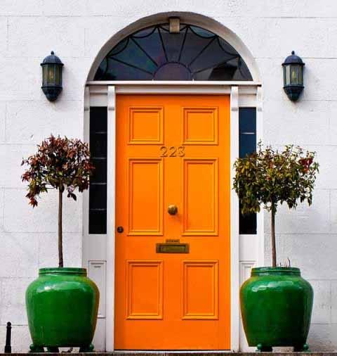 Contoh warna oranye yang kontras.
