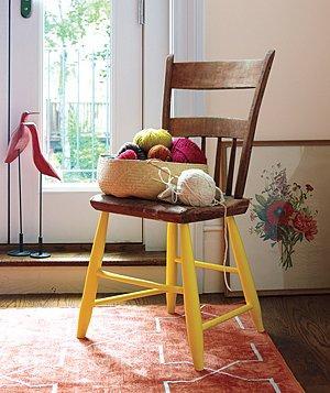 Kejutan warna pada kaki kursi.