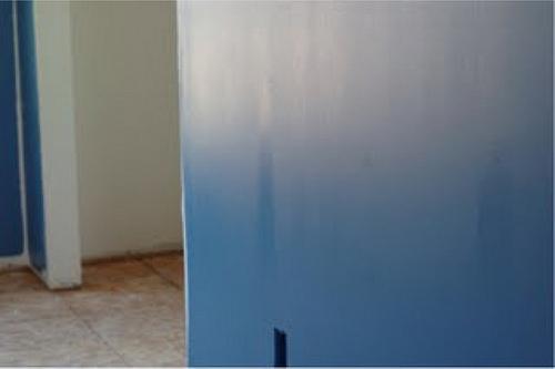 Aplikasikan langkah tepat untuk mengatasi warna cat tembok tidak rata.