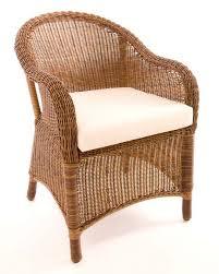 Furniture rotan akan tampak indah dengan aplikasi finishing menggunakan politur spray.